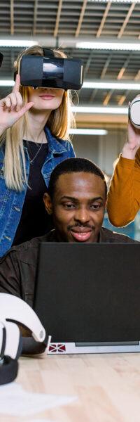 personnes travaillant sur un ordinateur pour trouver des informations